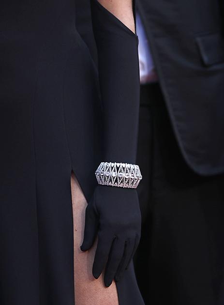 На открытие фестиваля актриса Хлое Севиньи надела бриллиантовый браслет Chopard Haute Joaillerie поверх длинной черной перчатки, как это было принято в 1950-е. Он несколько смягчил впечатление от ее наряда с удивительно неудачным декольте.