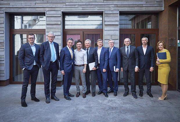 Иван Баканов (первый слева) на встрече Владимира Зеленского с представителями наблюдательного совета Ялтинской европейской стратегии. На встрече также присутствовали Александр Данилюк и Руслан Рябошапка