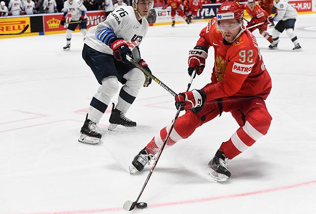 Игрок сборной США Брэди Шей (слева) и игрок сборной России Евгений Кузнецов в матче 1/4 финала чемпионата мира по хоккею между сборными командами России и США