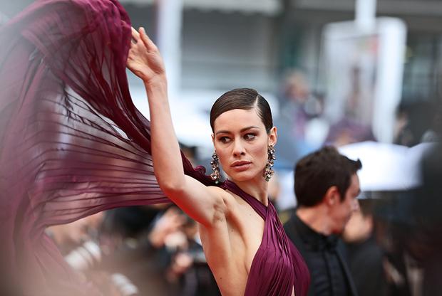 Итальянская актриса Марика Пеллегринелли надела откровенное ало-бордовое платье с пересекающимися на груди полосами ткани, полностью обнажающее спину и плечи. Наряд актриса дополнила массивными серьгами-шандельерами.