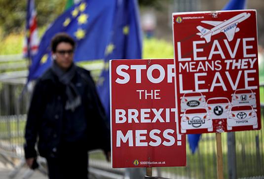Плакаты с призывами разобраться с Brexit возле британского парламента