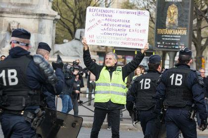 Корреспондента RT избил французский полицейский