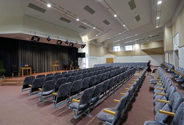 Зал в одном из зданий «Управленческого центра Свидетелей Иеговы в России»