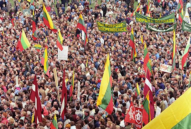 На митинг в поддержку независимости Литвы собралось около 300 тысяч человек (апрель 1990)