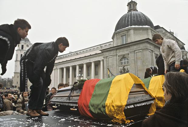 На Кафедральной площади в день похорон жертв вильнюсской трагедии