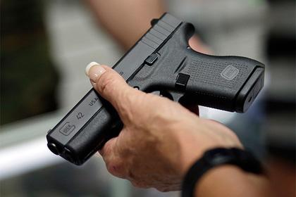 Ребенок поиграл с пистолетом отца и подстрелил сестру
