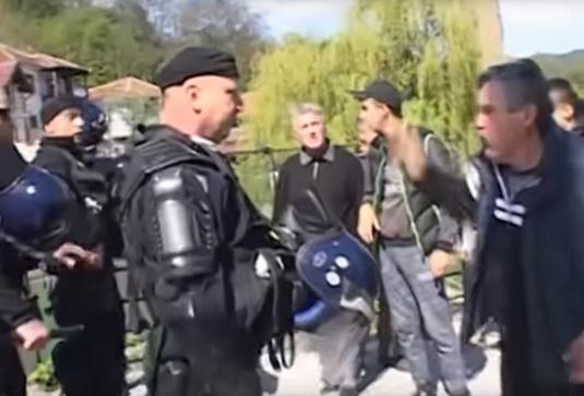 Косовская полиция и протестующие сербы