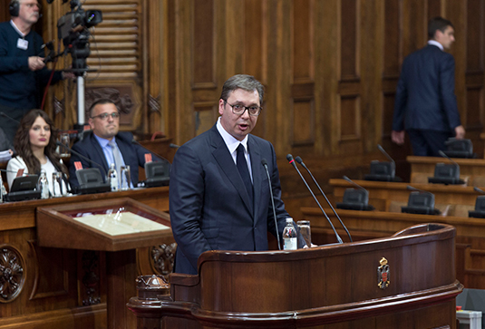 Александр Вучич во время доклада по ситуации в Косове