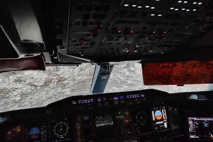 Пилот посадил самый большой авиалайнер с разбитым стеклом и носом