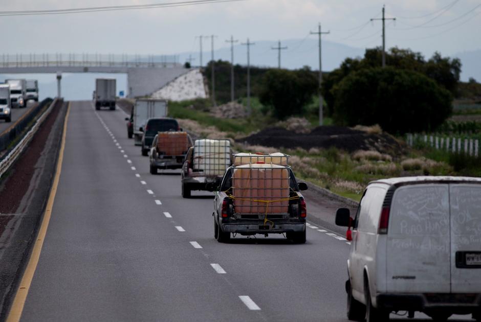 Полицейские и военные ведут машины, груженые изъятым топливом, конфискованные у «уачиколерос»