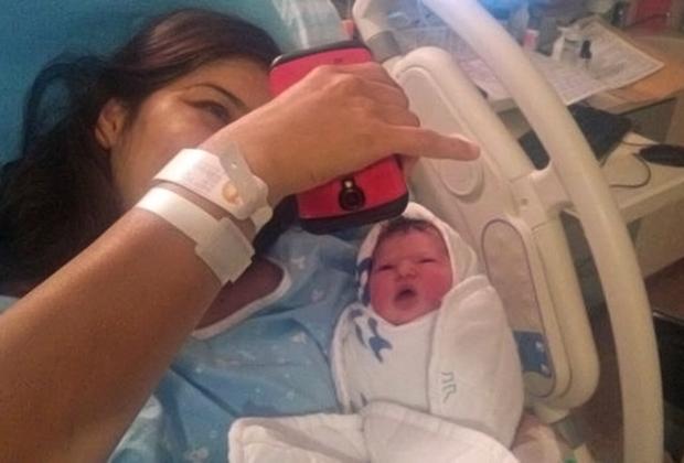 Лиат держит на руках новорожденную дочь