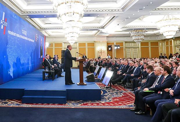 Президент РФ Владимир Путин (в центре) на пленарном заседании съезда Российского союза промышленников и предпринимателей (РСПП) 14 марта 2019 года