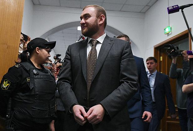 Сенатор Рауф Арашуков в Басманном суде перед началом заседания по избранию ему меры пресечения 30 января 2019 года