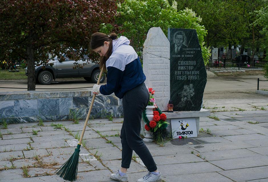 Школьники устроили субботник на Градском кладбище в Челябинске