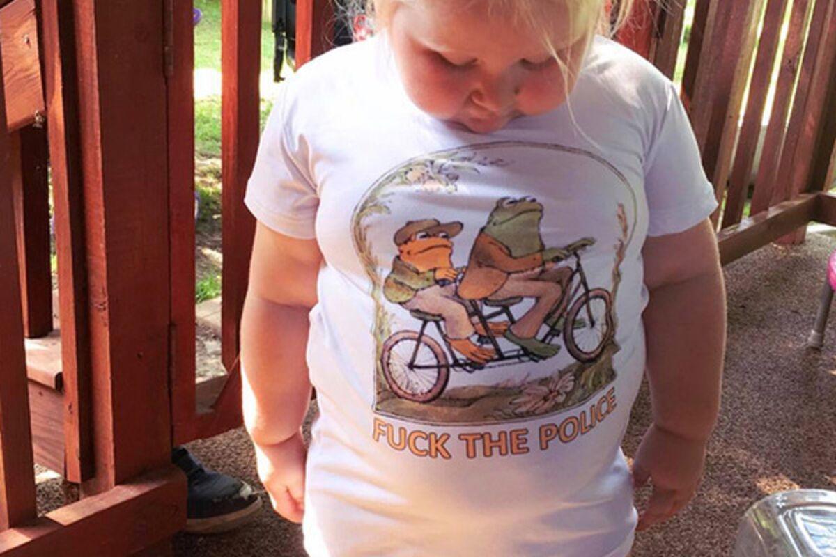 9258f6853db4a Неприличная надпись на футболке трехлетней девочки рассмешила пользователей  сети: Стиль: Ценности: Lenta.ru