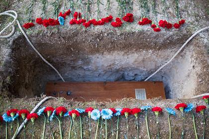 Приставы вытащили должника из могилы