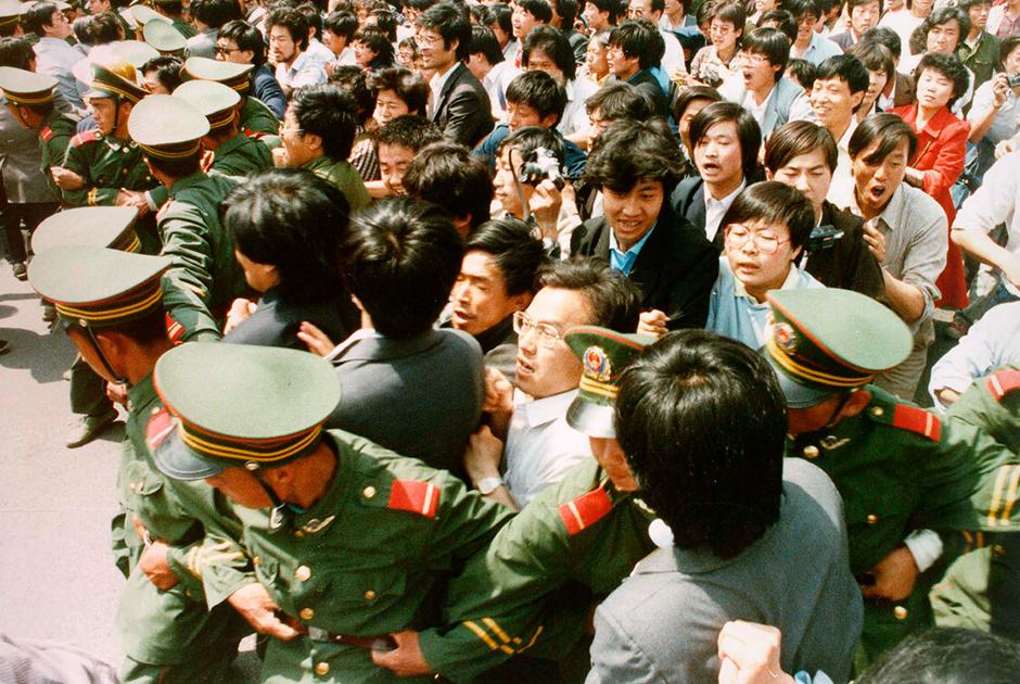 Толпа студентов прорывается через оцепление
