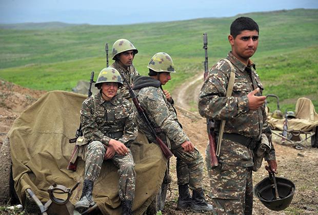 Военнослужащие армии обороны Нагорного Карабаха на первой линии обороны, апрель 2016 года