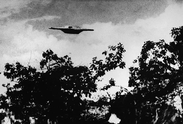 Фотография, вероятно, поддельного НЛО, сделанная в Бразилии в 1969 году. Объект кажется более отчетливым, чем крона деревьев, что намекает на его маленький размер и непосредственную близость к фотографу.