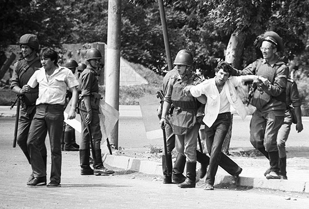 Солдаты задерживают погромщиков на улицах Коканда