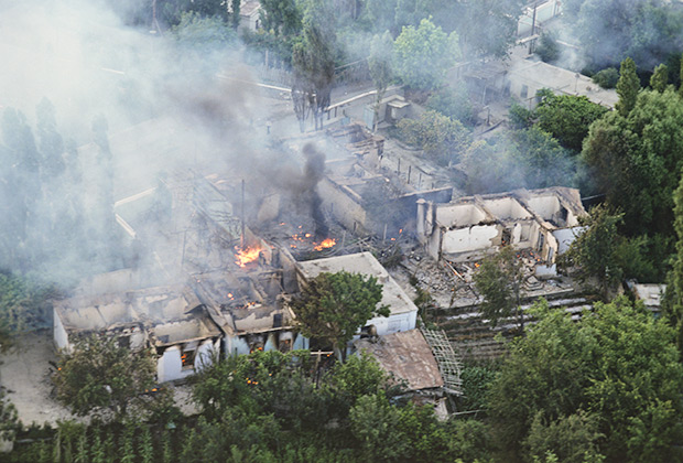 Жилые дома в Коканде, подожженные погромщиками