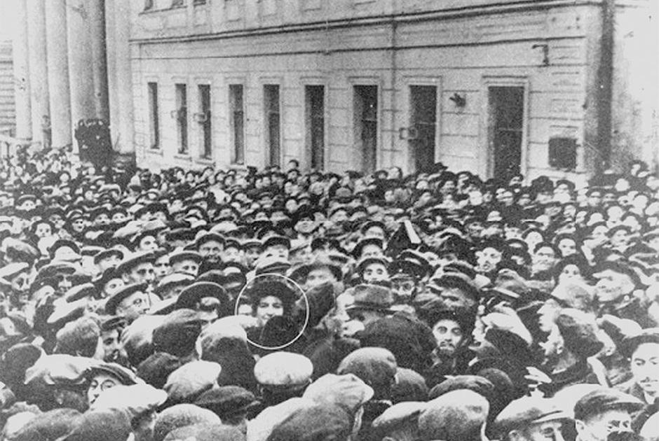 Посол Израиля Голда Меир (выделена кружком в центре снимка) около Московской хоральной синагоги. Осень 1948 года