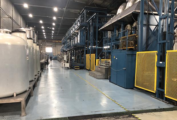 Уходящая вдаль линия справа — конвейер по окраске джинсов, его длина 52 метра. Слева — химическая кухня, где готовится смесь индиго, воды и химикатов.