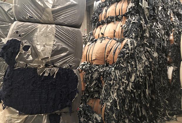 Справа — джинсовые обрезки, слева — переработанный хлопок.