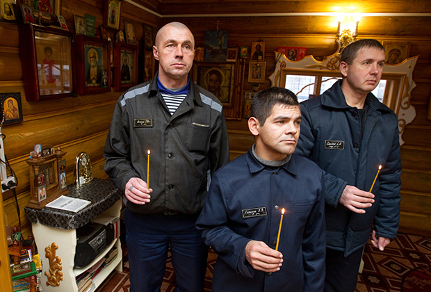 Заключенные ИК-1 на службе в храме Николая Чудотворца