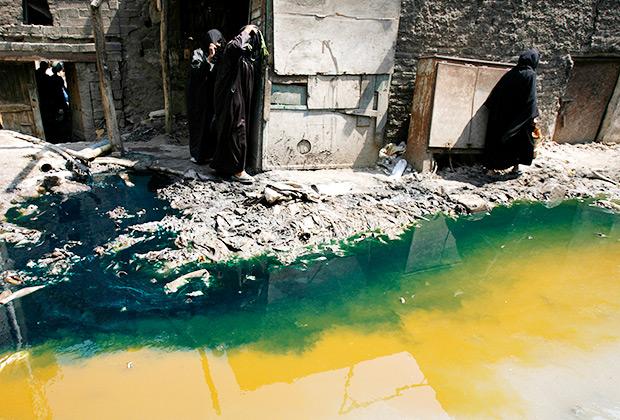 В Индии, Бангладеш, Вьетнаме и некоторых странах Латинской Америки на многих фабриках по производству джинсовой ткани неочищенную воду просто сливают в реки.
