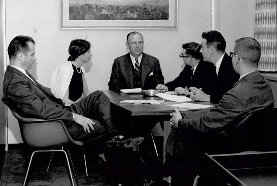 Брюс Хендерсон (в центре)