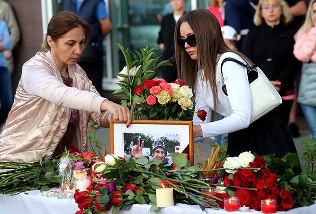 Цветы и свечи у места гибели бывшего военнослужащего, ветерана боевых действий Никиты Белянкина