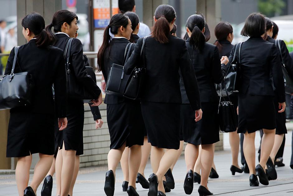 Японские офисные работницы на пути в офис