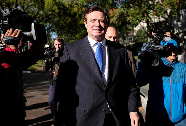 Пол Манафорт выходит из Федерального суда после предъявления обвинений о вмешательстве России в выборы
