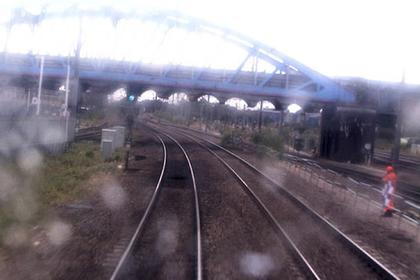 Мужчина перешел пути за две секунды до появления скоростного поезда