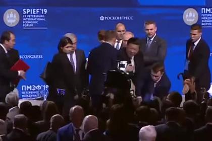 Си Цзиньпин чуть не упал рядом с Путиным