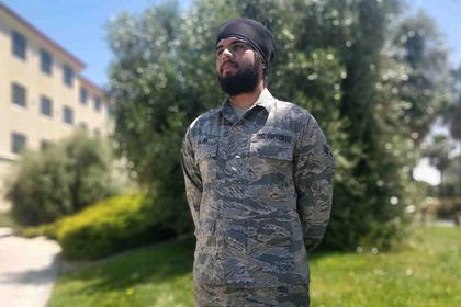В ВВС США появился первый бородатый летчик в тюрбане