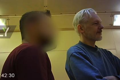 Появилось видео с Ассанжем в британской тюрьме