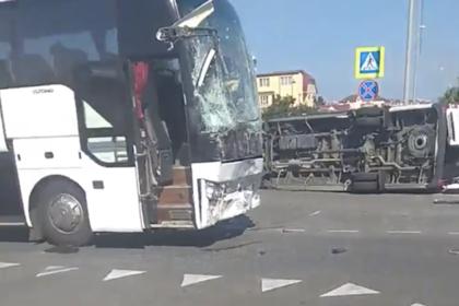 На российском курорте столкнулись два экскурсионных автобуса