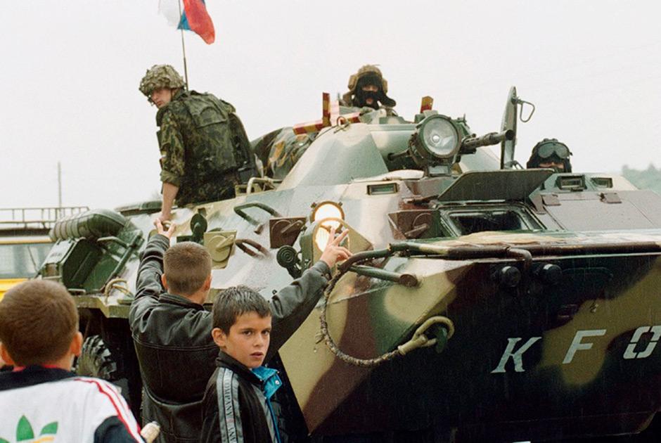 Колонна боевой техники российских миротворческих сил входит в Косово для урегулирования межнационального конфликта