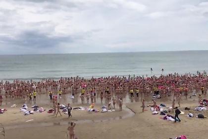 Сотни голых женщин искупались в море ради борьбы с раком