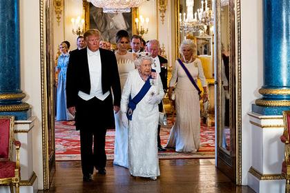 Несуразный смокинг Трампа на встрече с королевой подняли на смех