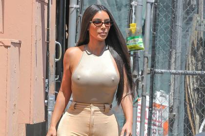 Ким Кардашьян вышла на публику в облегающем топе без белья