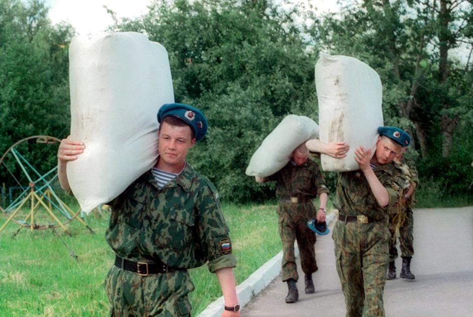 Солдаты 76-й Гвардейской воздушно-десантной бригады готовятся к отправке в Косово с миротворческой миссией в составе международных сил ООН