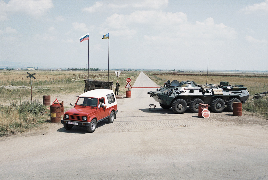 Российские миротворцы во время охраны Приштинского аэродрома на блок-посту №1