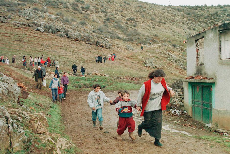 Этнические албанцы покидают свою деревню Слапузани в 40 км от Приштины в результате столкновений между албанскими повстанцами и сербскими силами безопасности