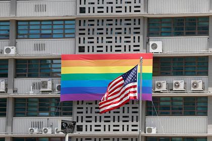 Посольства США вывесили запрещенные Трампом флаги ЛГБТ