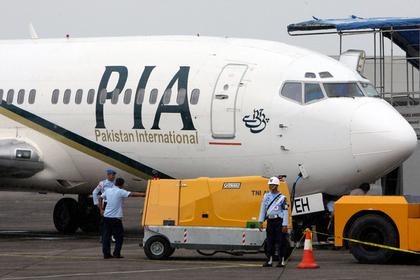 Пассажирка перепутала аварийный выход самолета с туалетом и открыла дверь