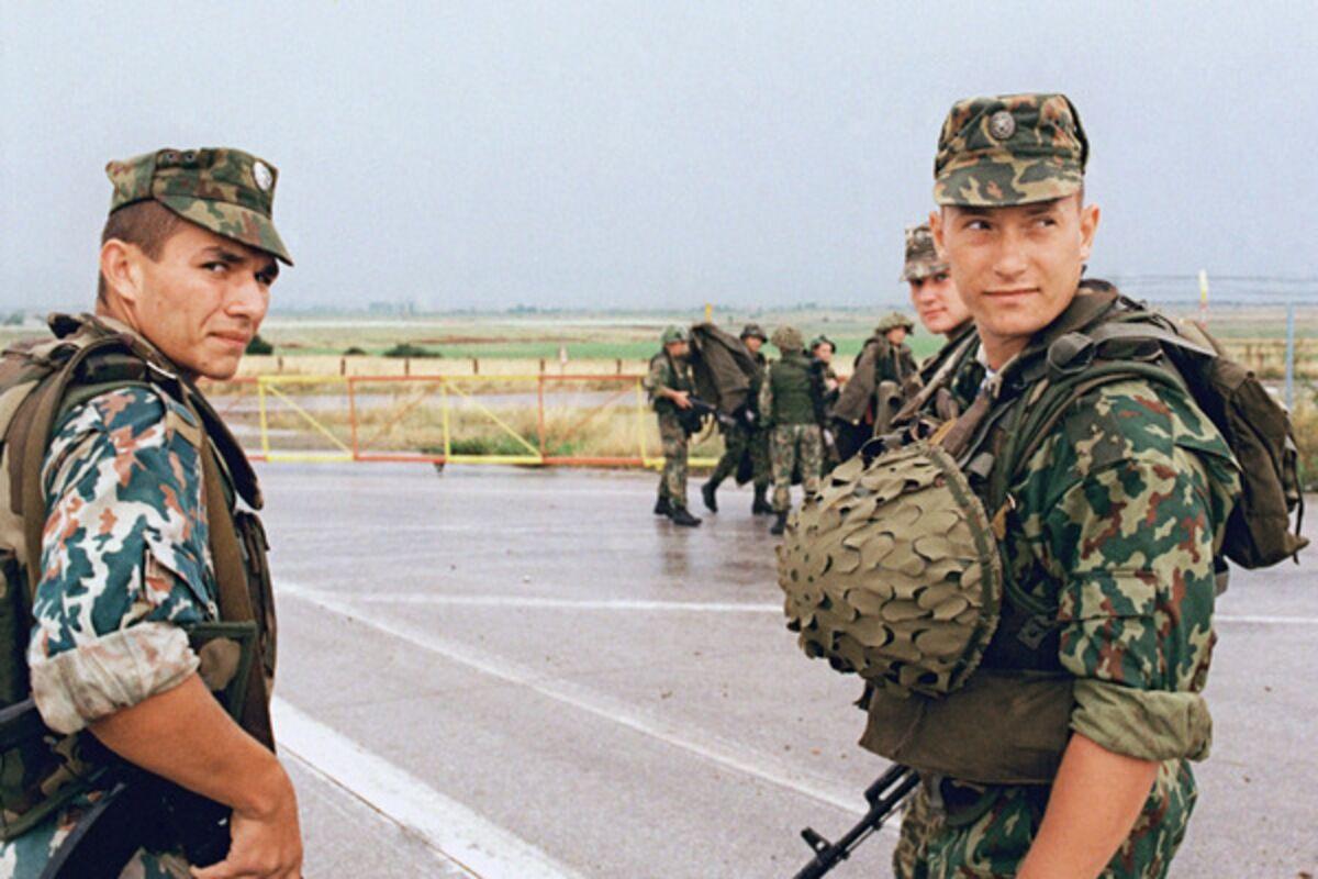 Бойцы передового отряда российских миротворческих сил на военном аэродроме Слатина вблизи Приштины