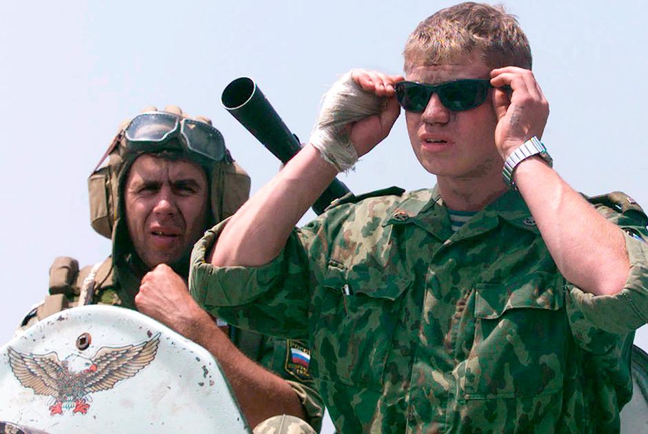 Российские военнослужащие СДК на БТР в составе колонны, которая направляется в Приштину
